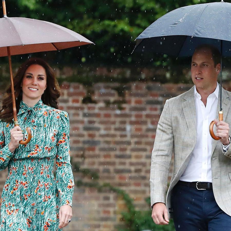 Kate Middleton y el príncipe Guillermo con paraguas