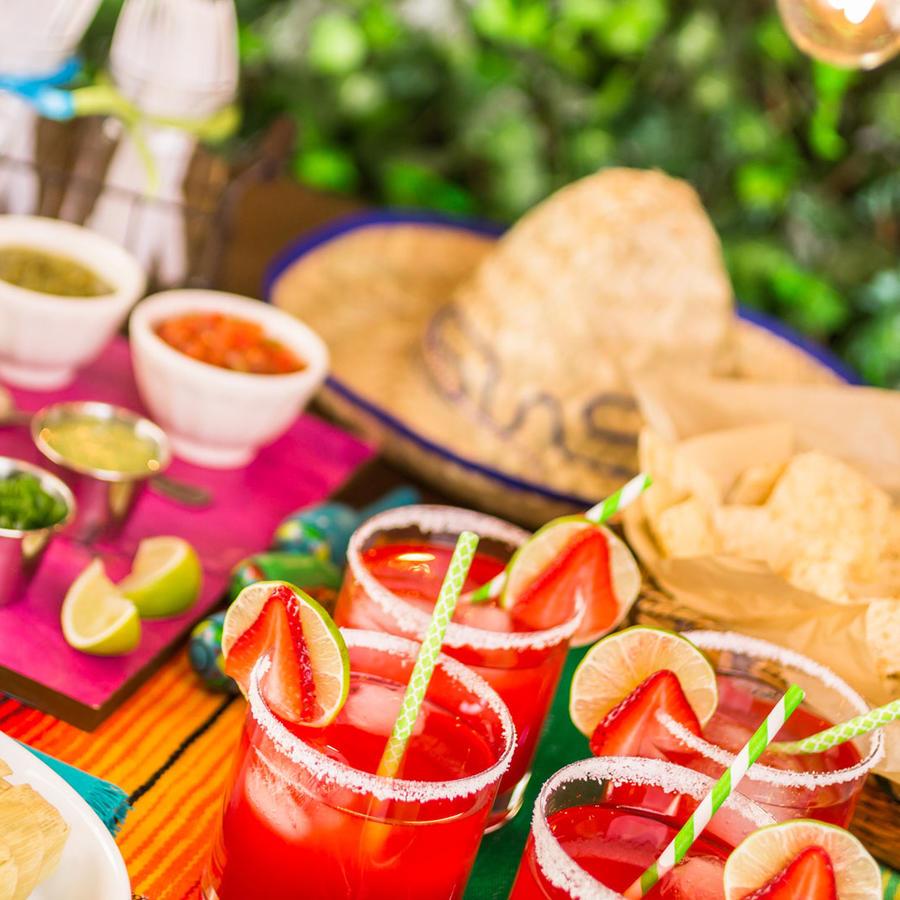 Mesa con comida para fiesta latina