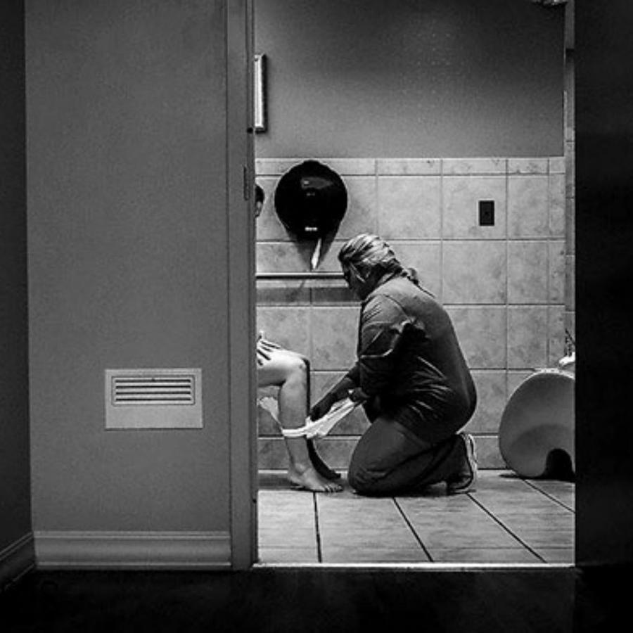Foto de una enfermera ayudando a una mujer en el baño