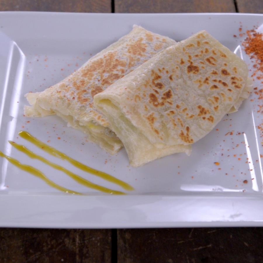 Burrito de huevo aguacate y frijoles negros