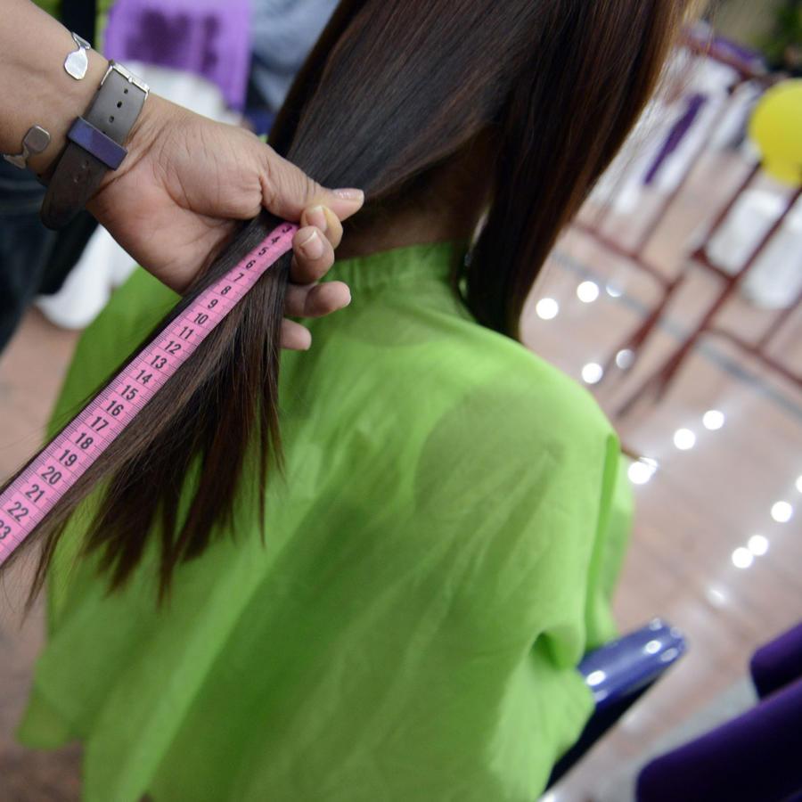 Mujeres venezolanas venden el pelo para comer (VIDEO)