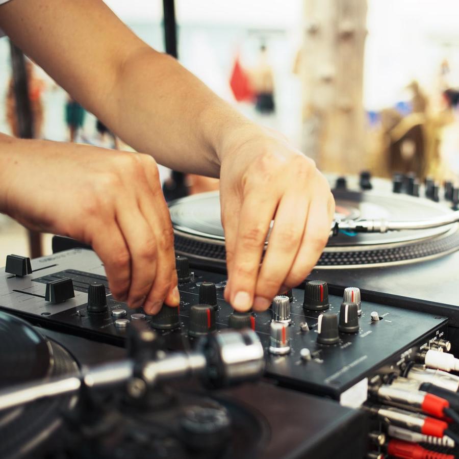 DJ pasando música
