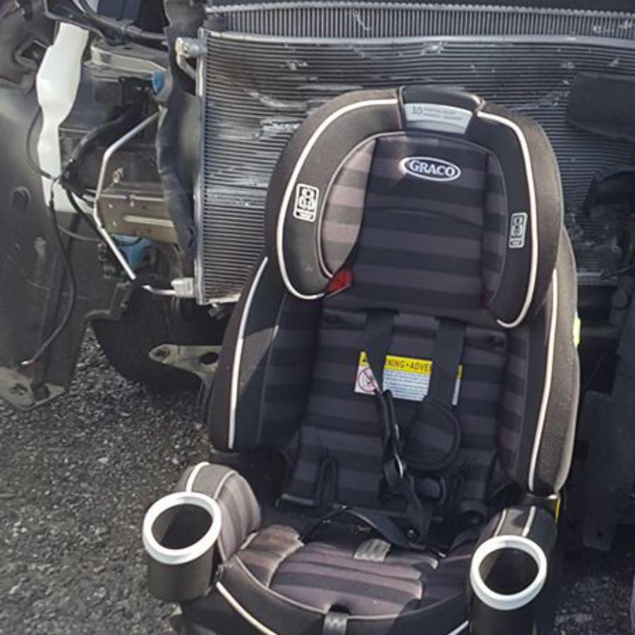 Asientos de auto frente a un coche chocado