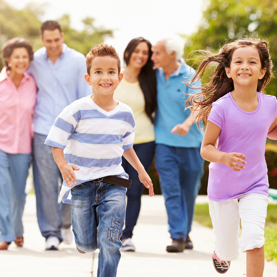 Niños corren delante de familia