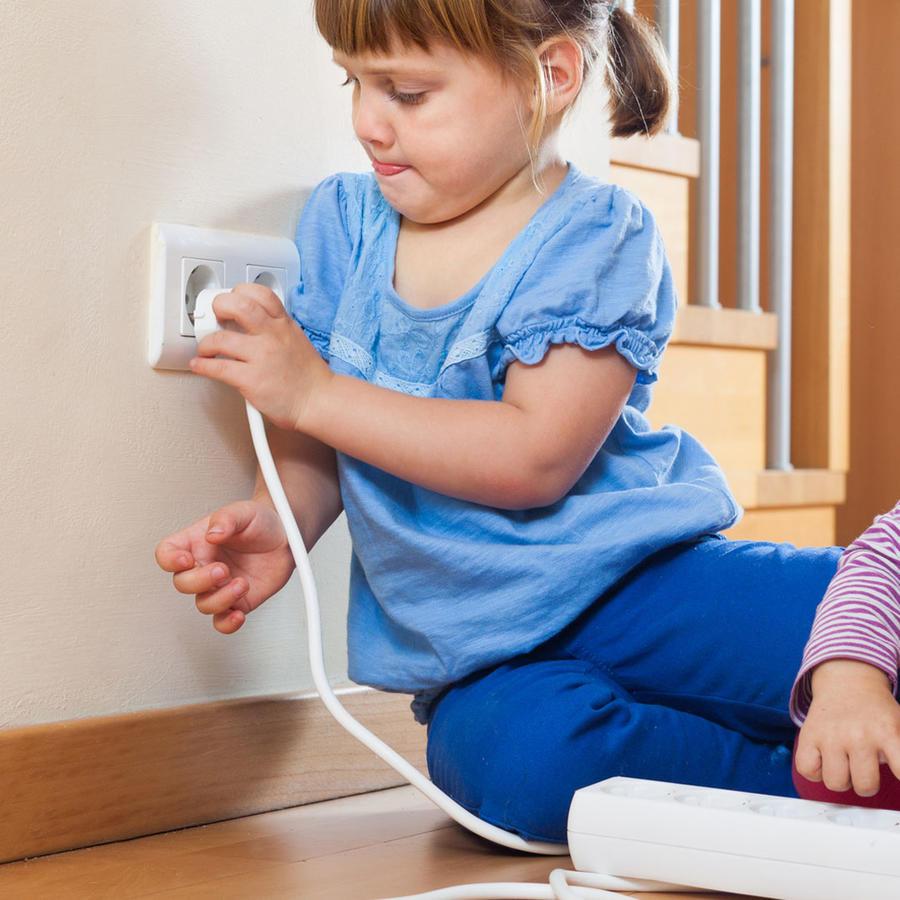 Niños jugando con cables