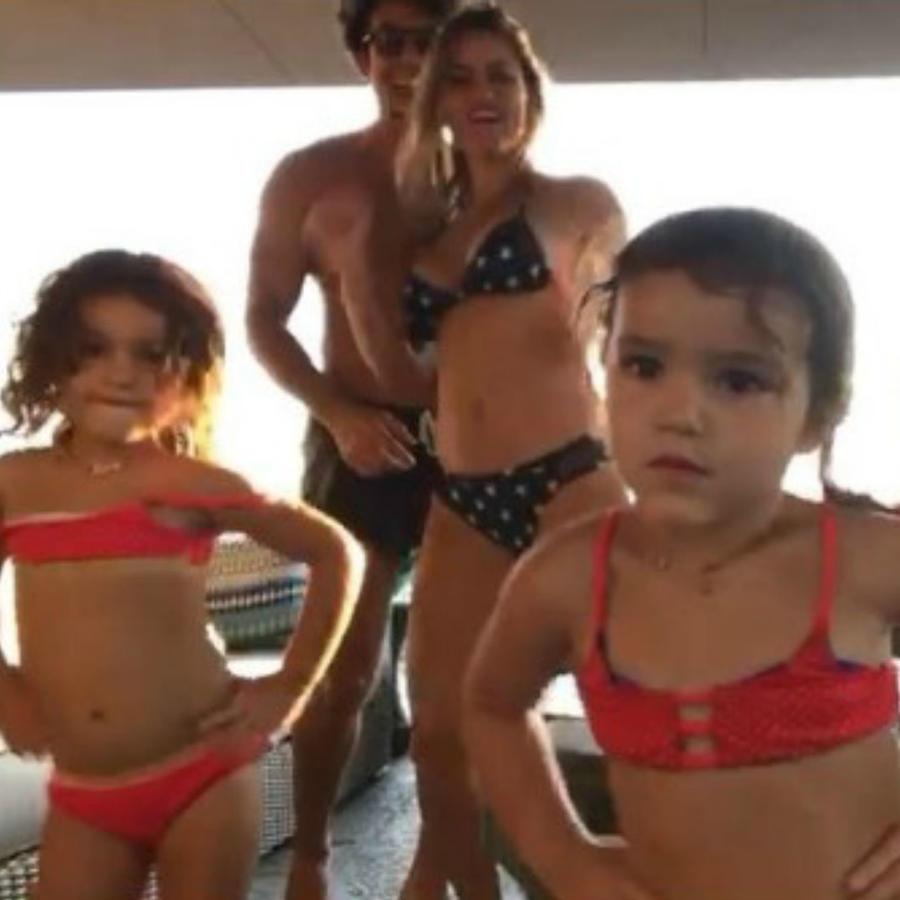 Aaron Díaz y su familia bailando en la sala