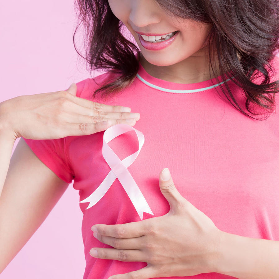 Mujer con blusa y moño rosa