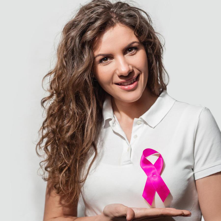 Mujer con cinta rosa del cáncer de seno