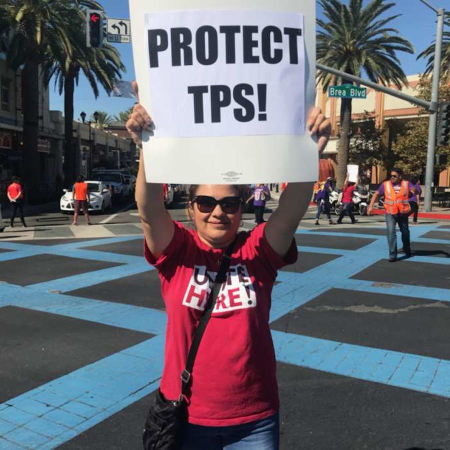 Un manifestante pide que se prologue la protección de TPS.