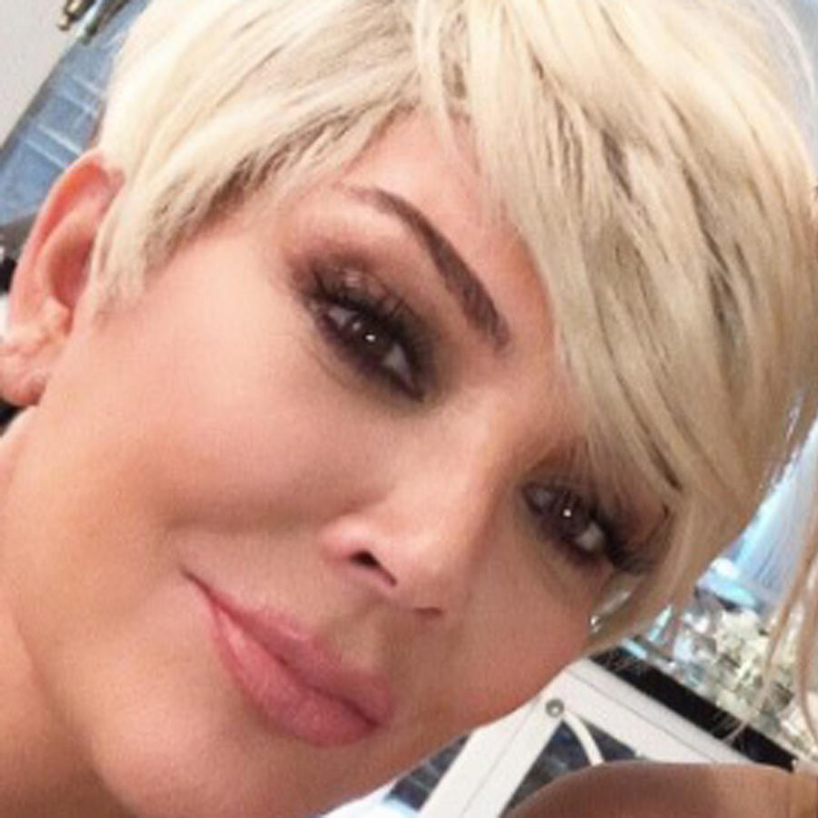 Kris Jenner tomándose una selfie con Kim Kardashian