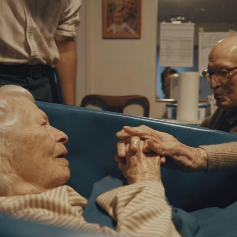Arthur y Marcia Jacobs tomados de la mano
