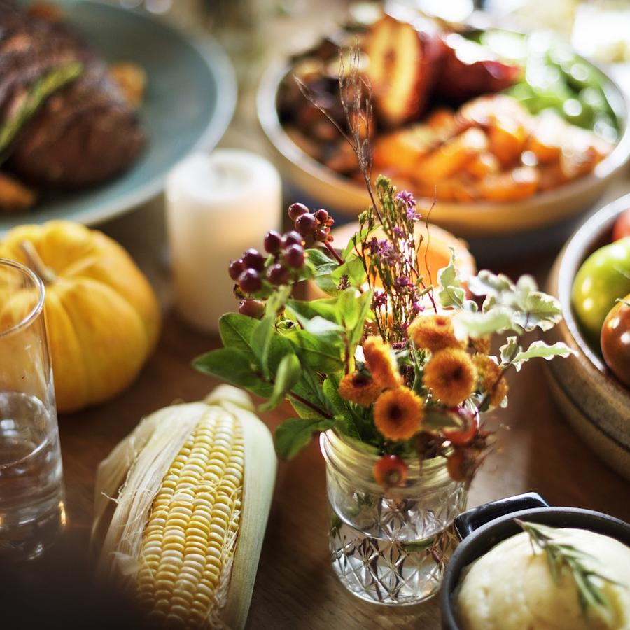 Mesa de Thanksgiving  con comida