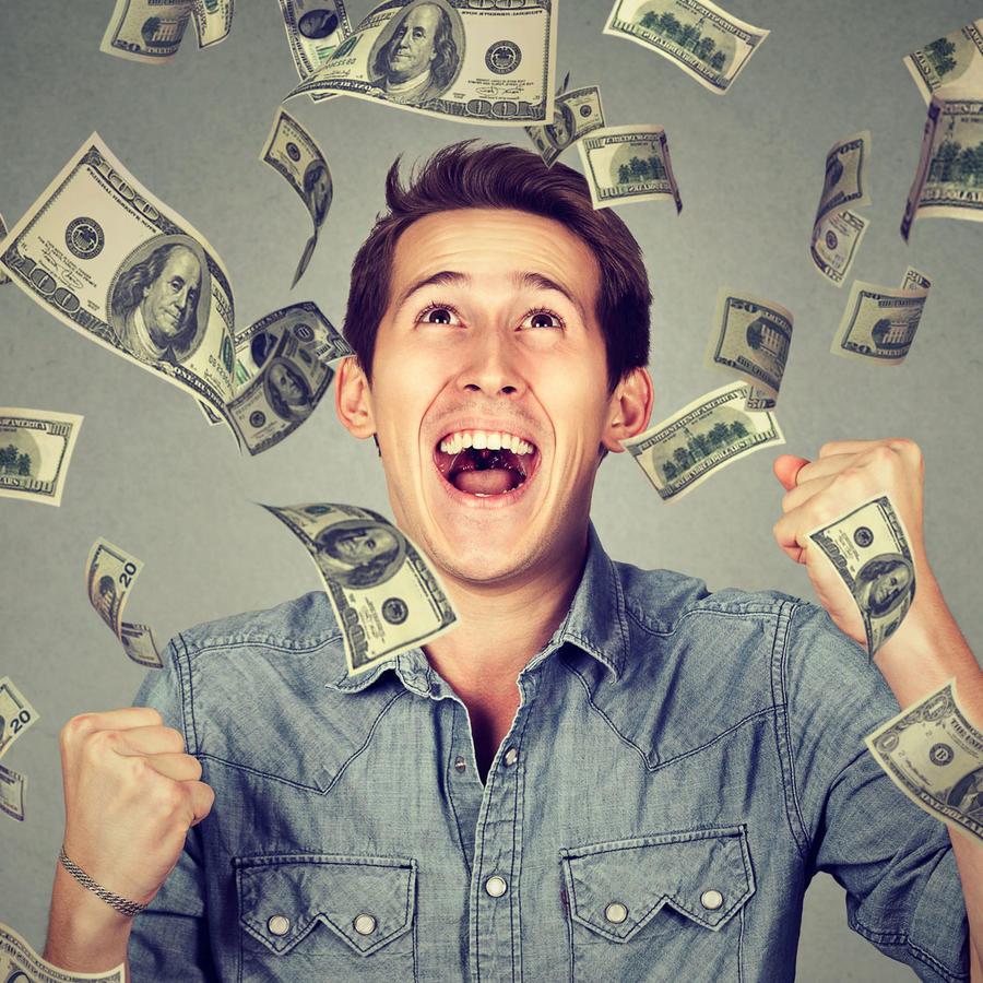 Joven feliz con dólares