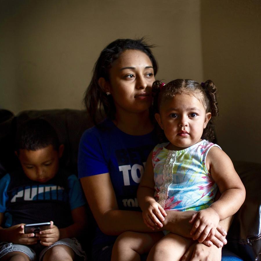 Kelyn Morales y sus dos hijos