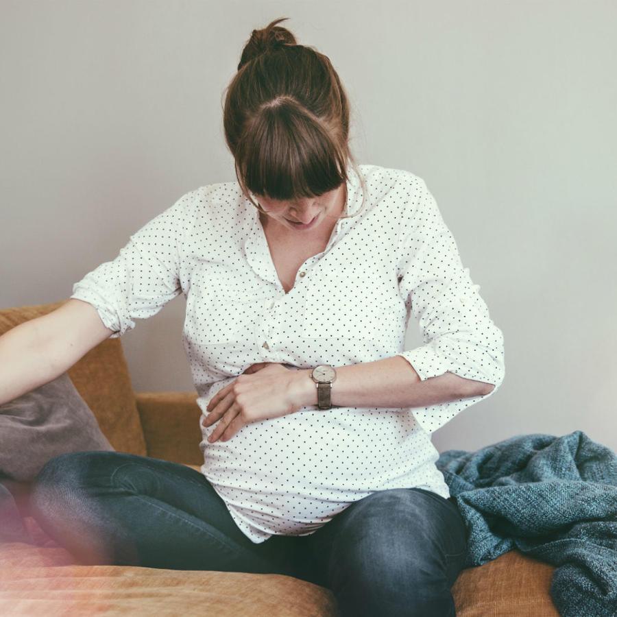 Mujer embarazada con dolor en el vientre