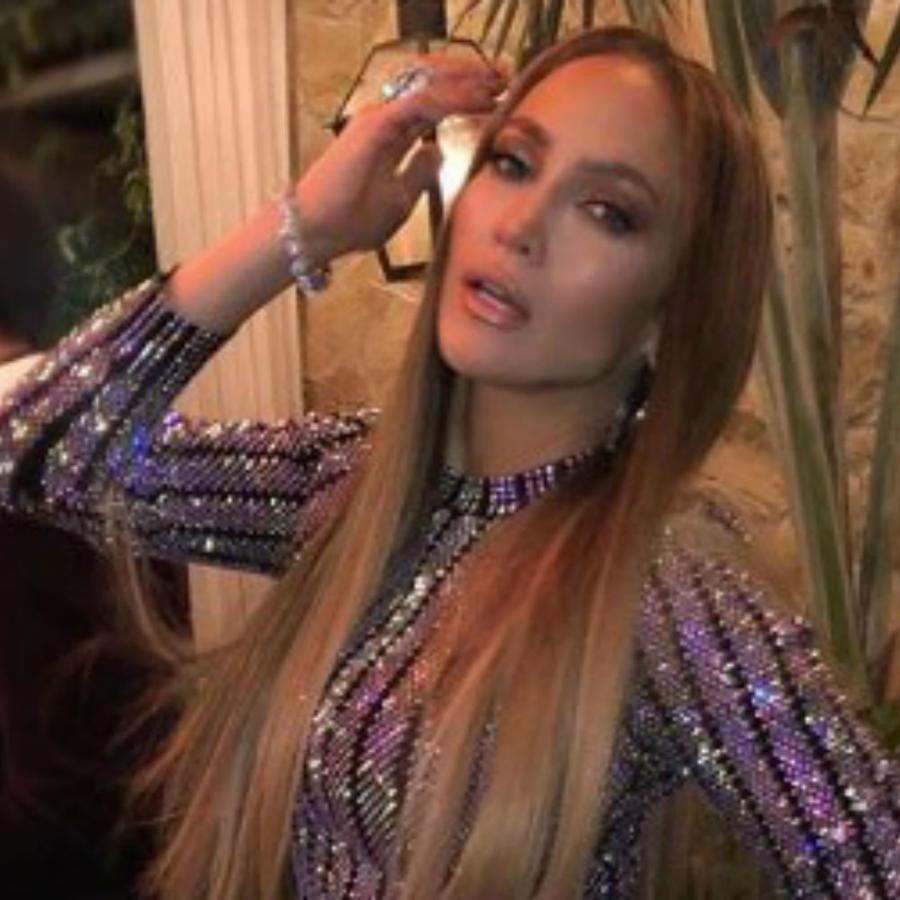 Jennifer Lopez mostrando su atuendo brillante