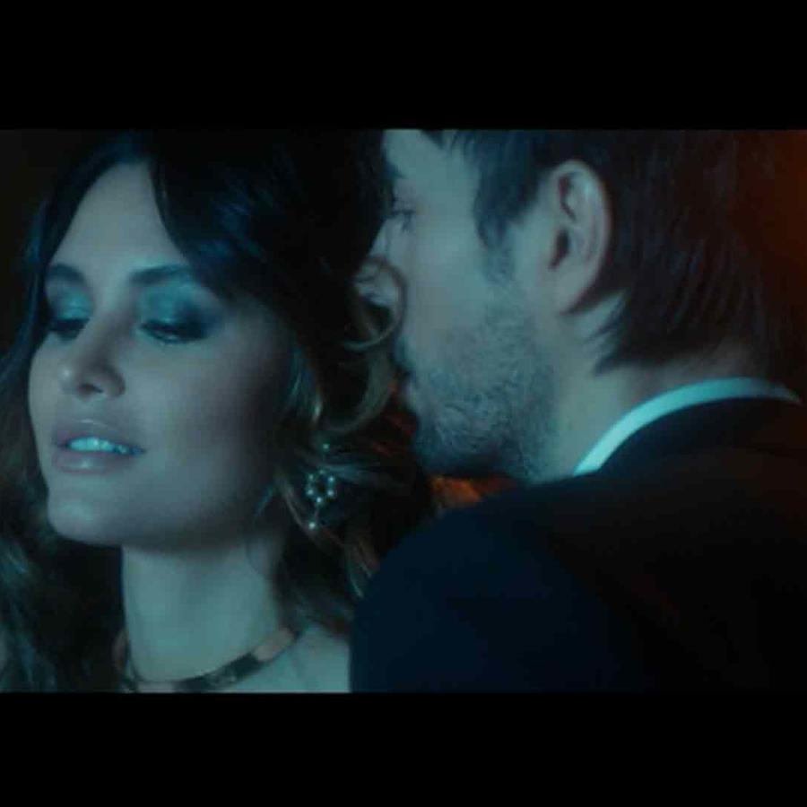 "Enrique Iglesias ""El Baño"" Music Video"