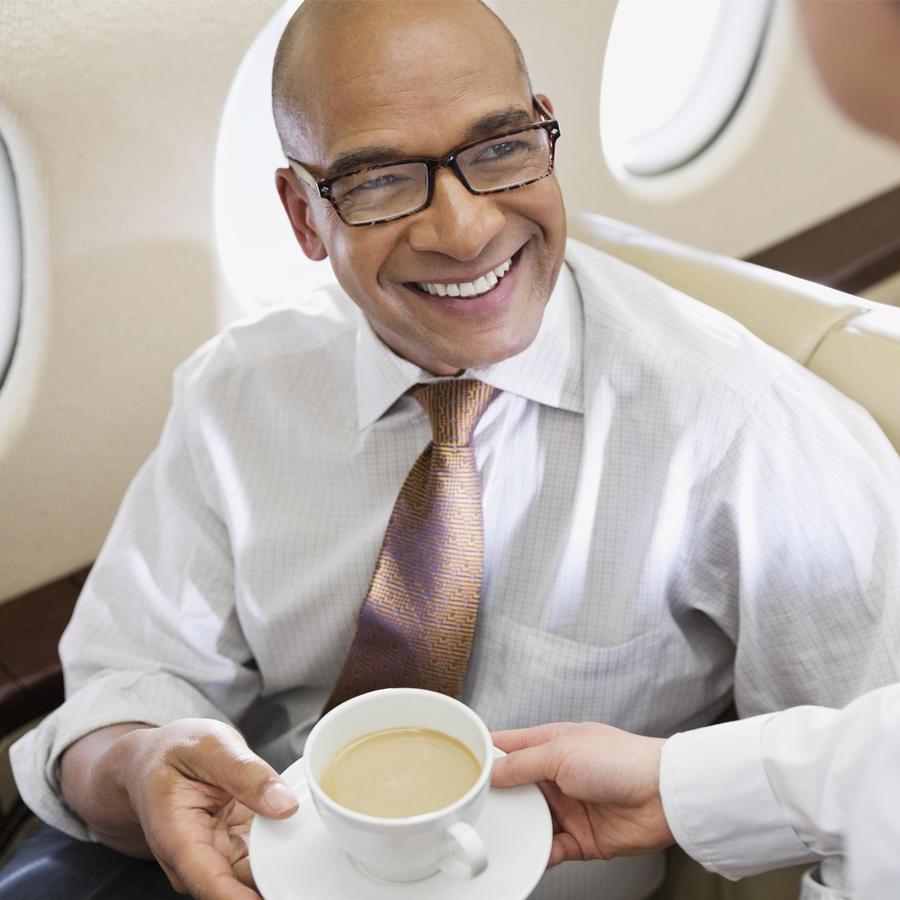 Pasajero toma café en el avión