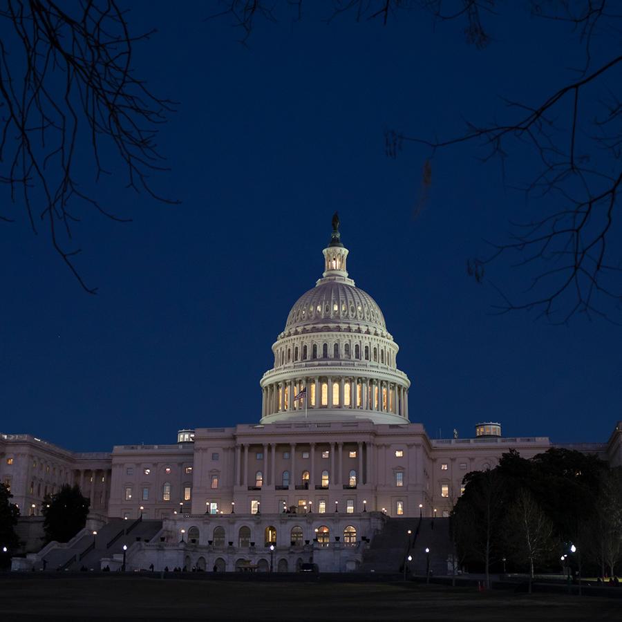 Exterior del Capitolio de EEUU mientras senadores votan para evitar el cierre del gobierno el viernes 19 de enero de 2018