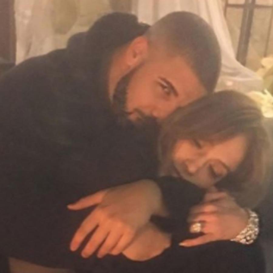 Drake abrazando a Jennifer Lopez