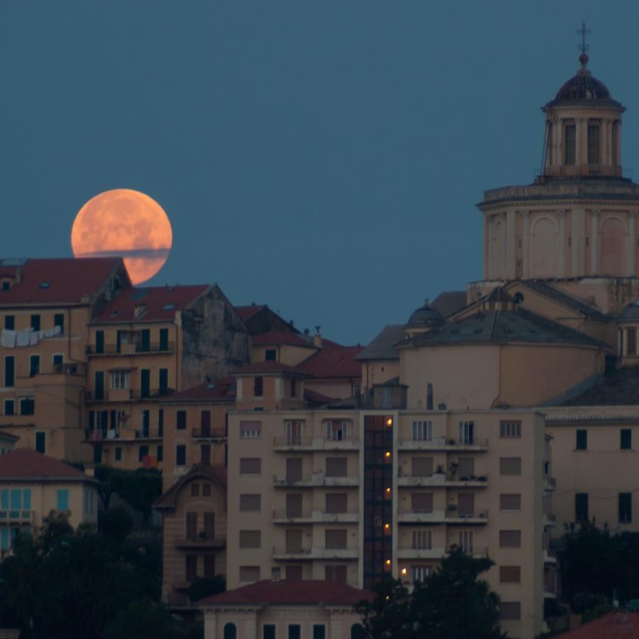 Luna llena sobre ciudad