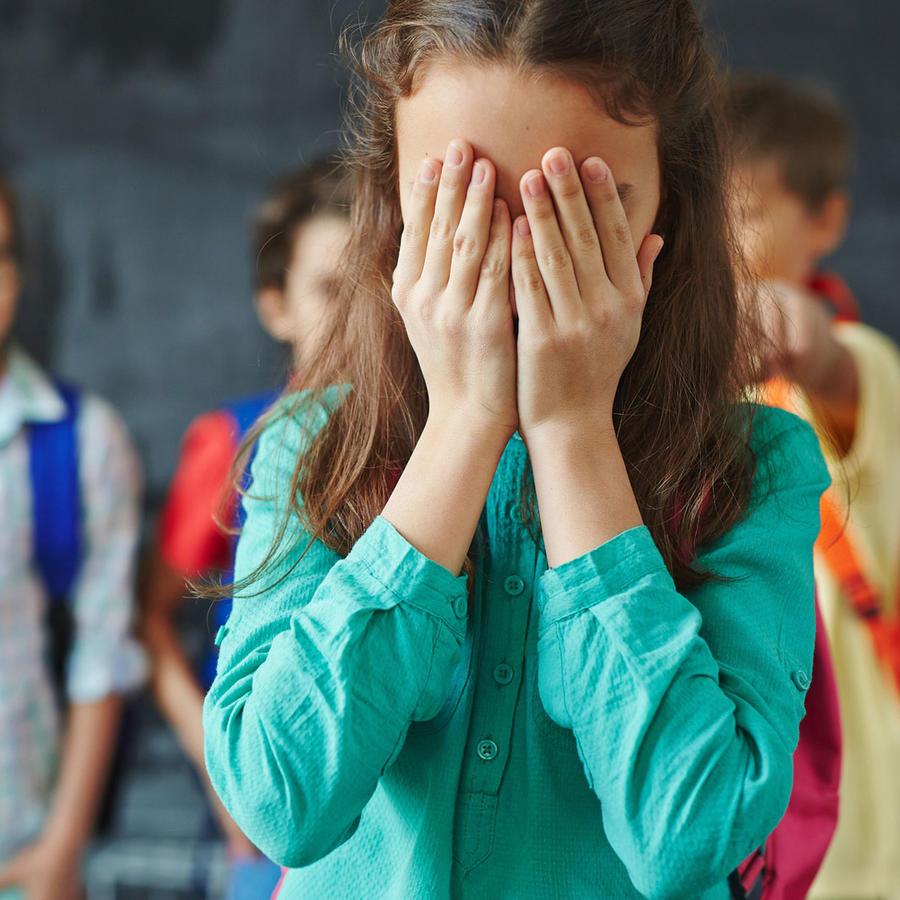 Niños criticando a compañera