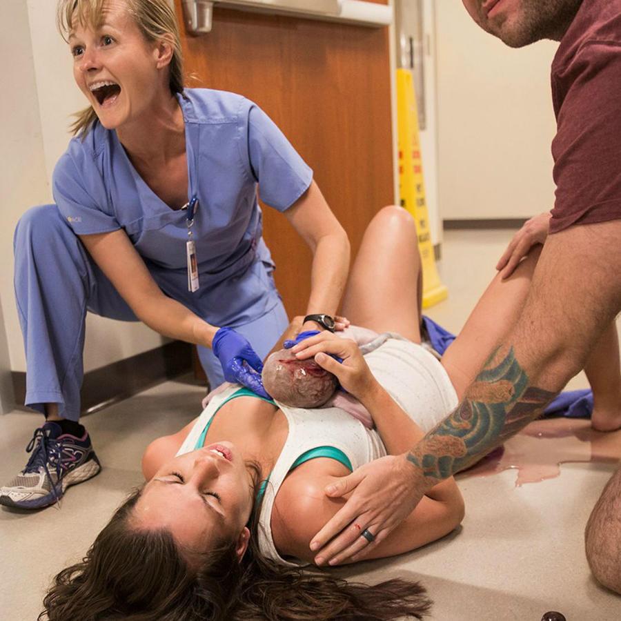 Mujer dando a luz en el pasillo de un hospital
