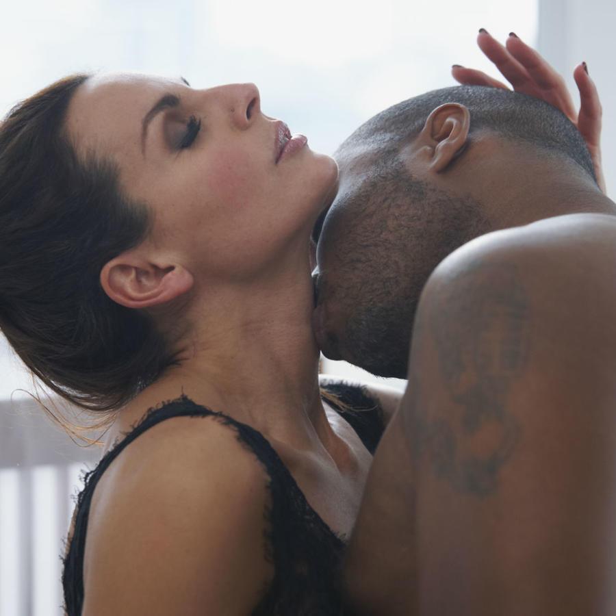Hombre besando el cuello de una mujer