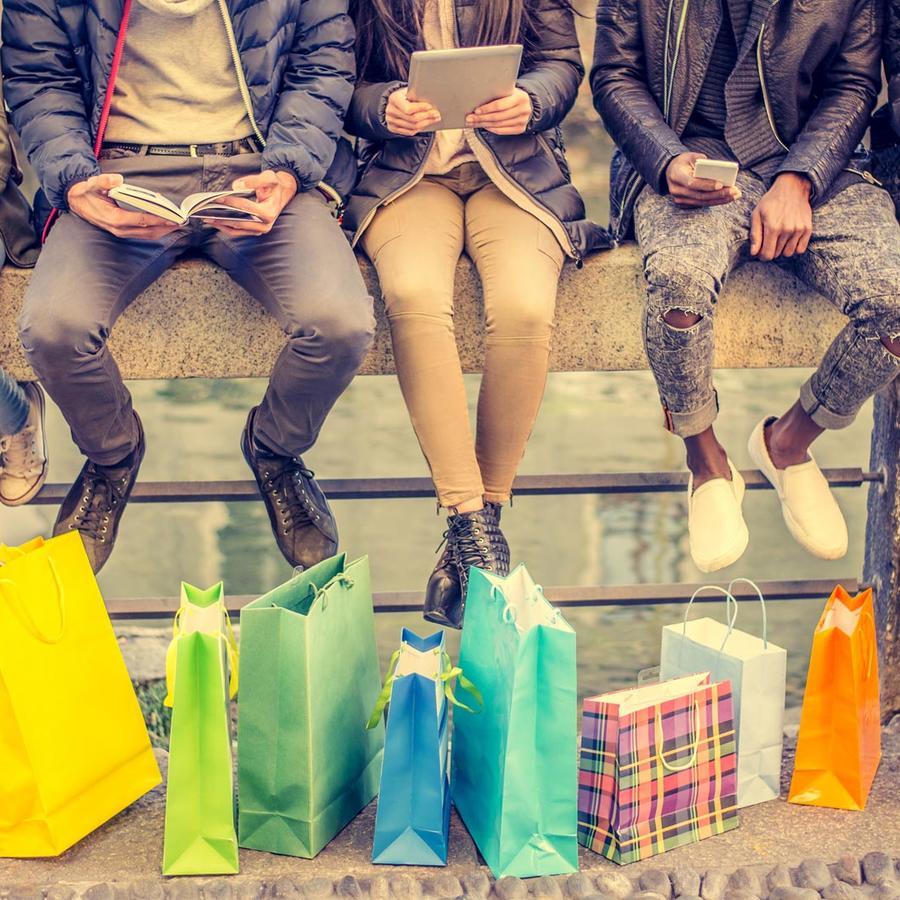 Personas con bolsas de compras