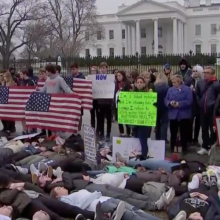 Estudiantes protestan frente a la Casa Blanca tras la masacre en una secundaria de Florida