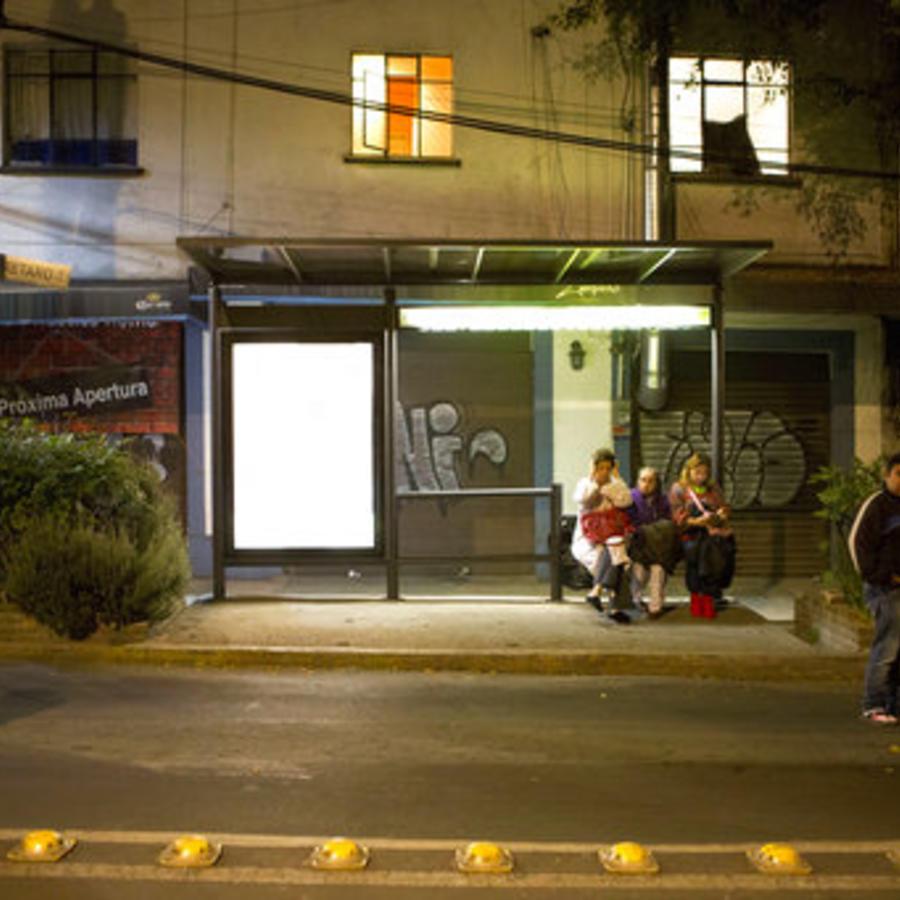 Varias personas permanecen en la calle tras sonar la alarma de sismos en la Colonia Roma, en Ciudad de México.