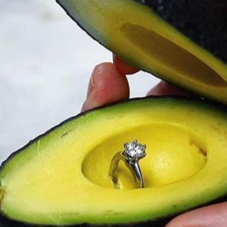 Aguacate con anillo de compromiso al centro