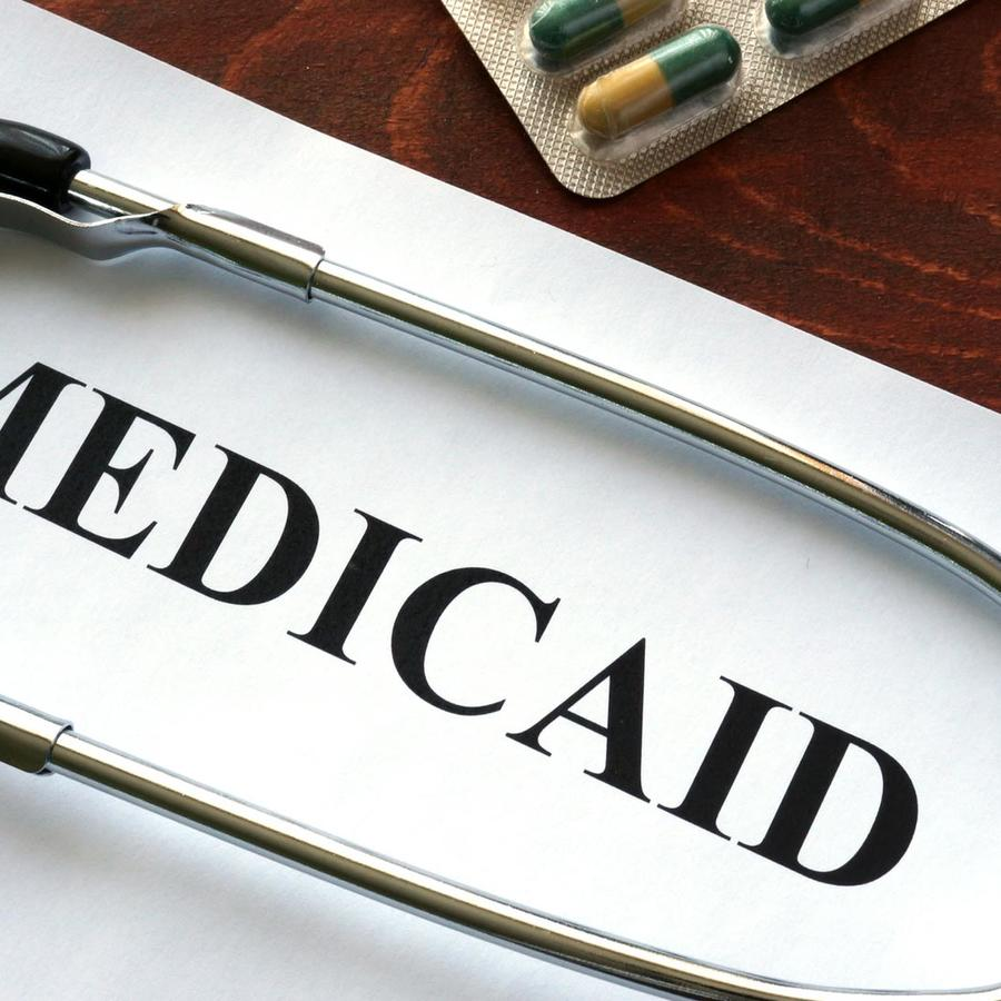 Papel de Medicaid y estetoscopio