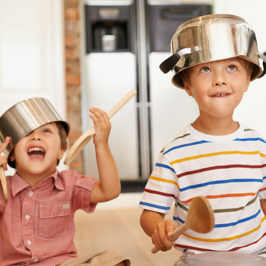 Niños jugando con cacerolas