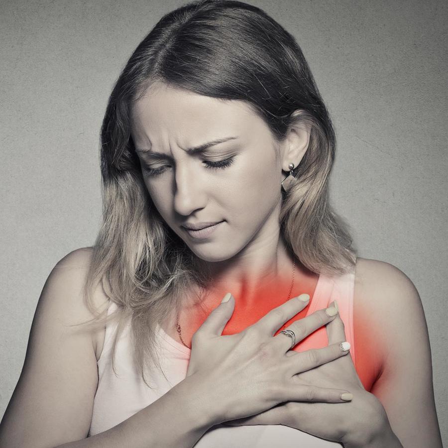 Mujer con dolor en el pecho