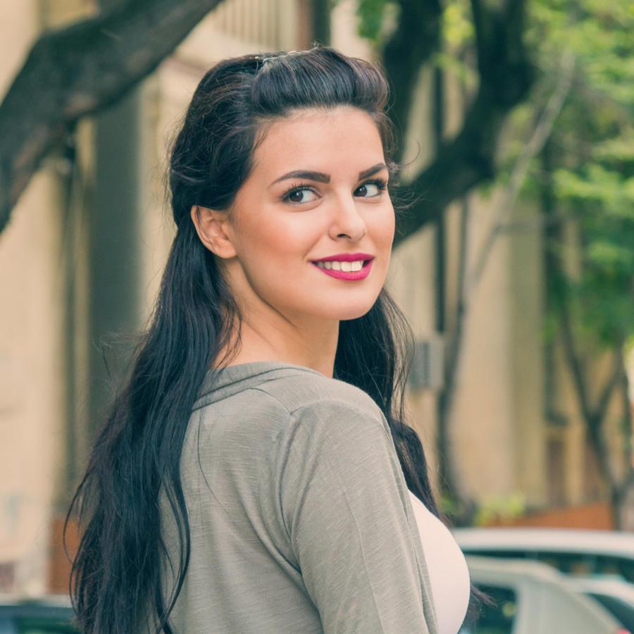 Mujer joven mirando hacia atrás en la calle