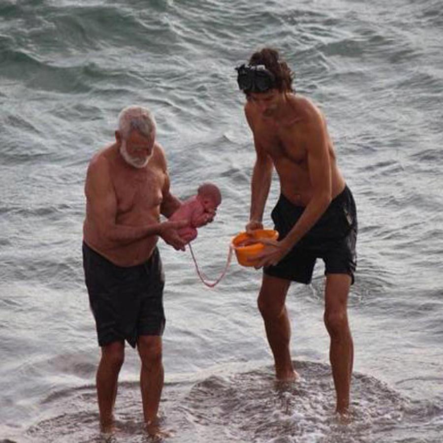 Una mujer da a luz en el Mar Rojo