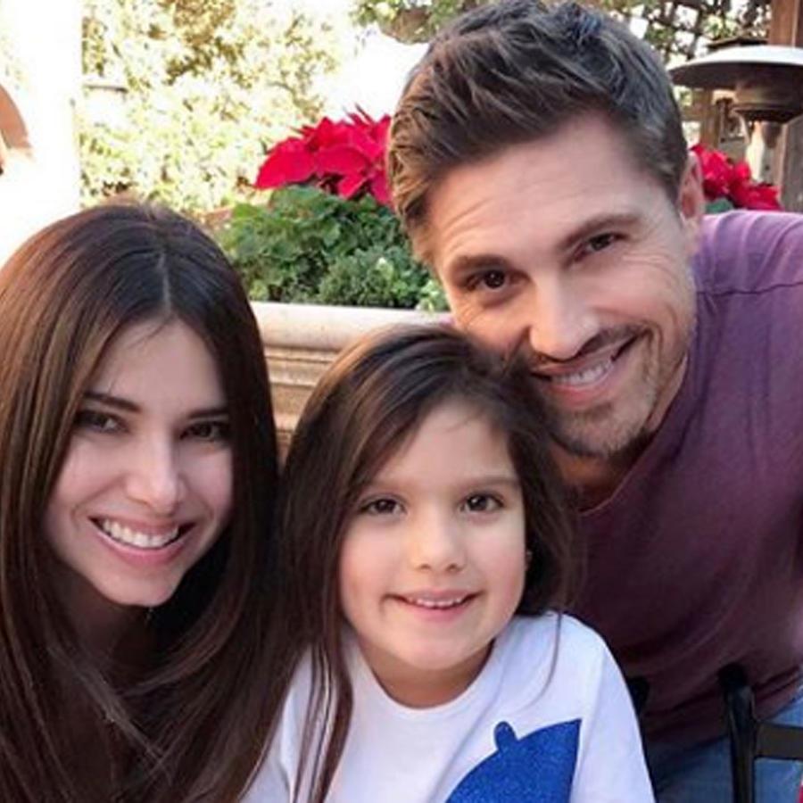 Roselyn Sánchez posando para una foto familiar