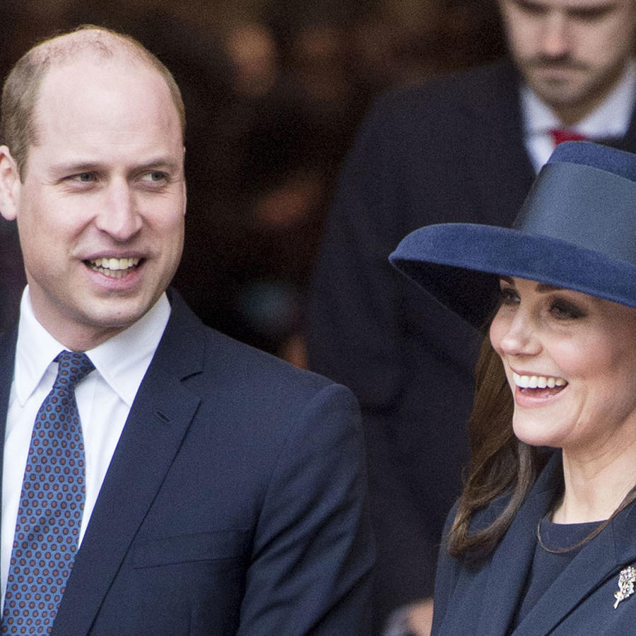 Kate Middleton sonriendo junto al príncipe William