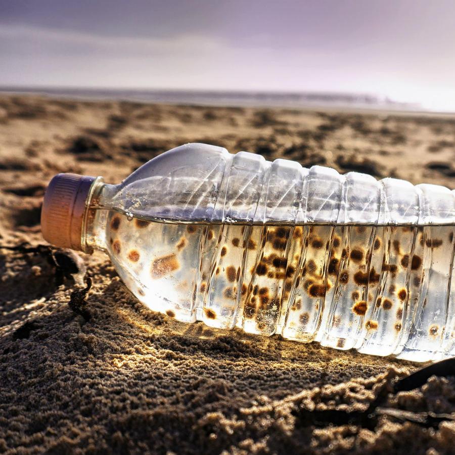 Botella de plástico con agua dentro