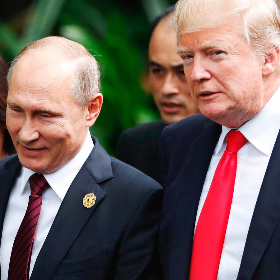 El presidente Trump y su homólogo ruso, Vladimir Putin, durante la Cumbre de APEC en Vietnam en noviembre de 2017