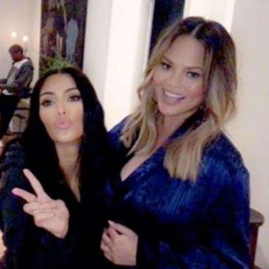 Chrissy Teigen con Kim Kardashian