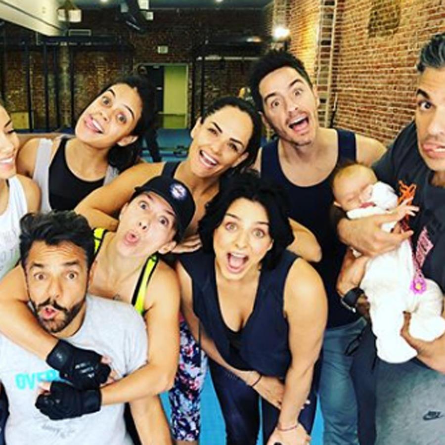 Familia Derbez con sus amigos