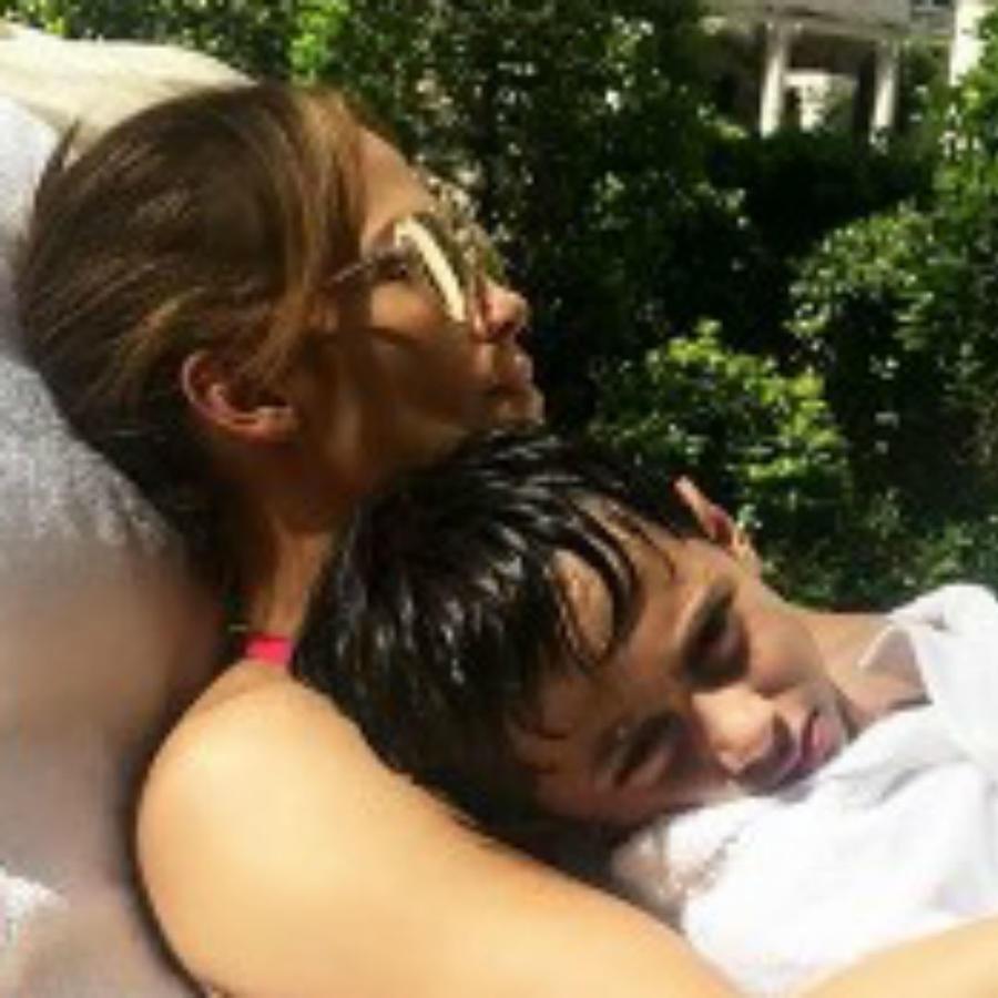 Jennifer Lopez y su hijo Max
