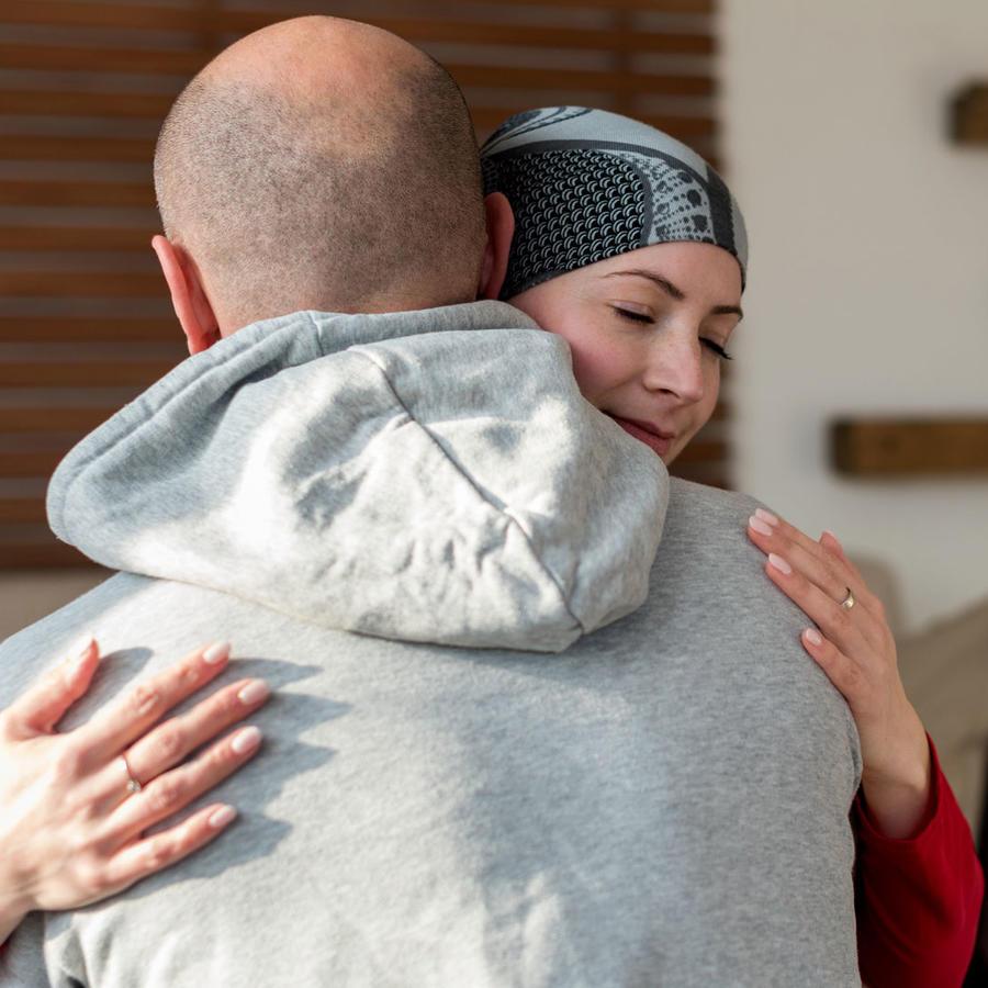 Mujer con cáncer de seno, abraza a su pareja