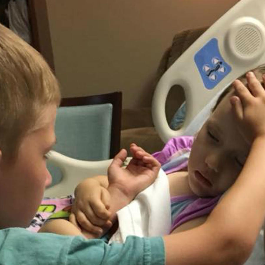 Nene despidiéndose de su hermana