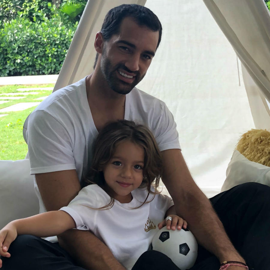 Toni Costa con Alaïa sentados en su casa