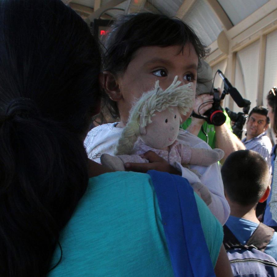 nina-cargada-por-su-abuela-en-us-mexico-frontera