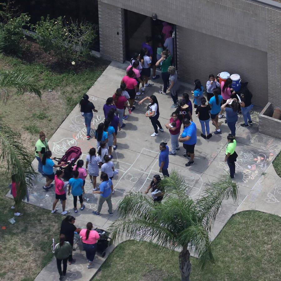 Niños inmigrantes entran al refugio Casa Presidente en Brownsville, Texas