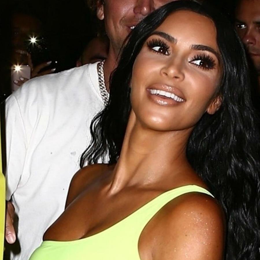 Kim Kardashian look amarillo neón